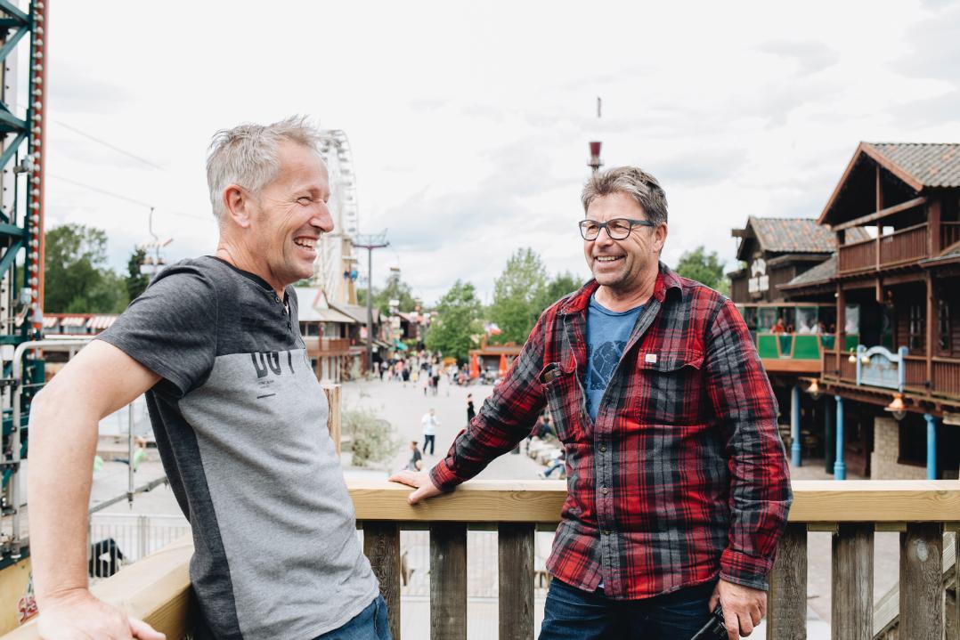 John Arkes en Alex van Veen in gesprek op Attractiepark Slagharen