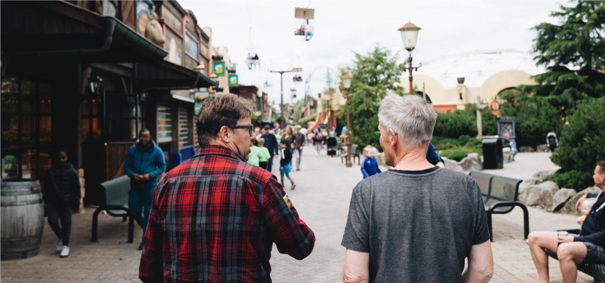 Alex van Veen en John Arkes wandelen door het Attractiepark