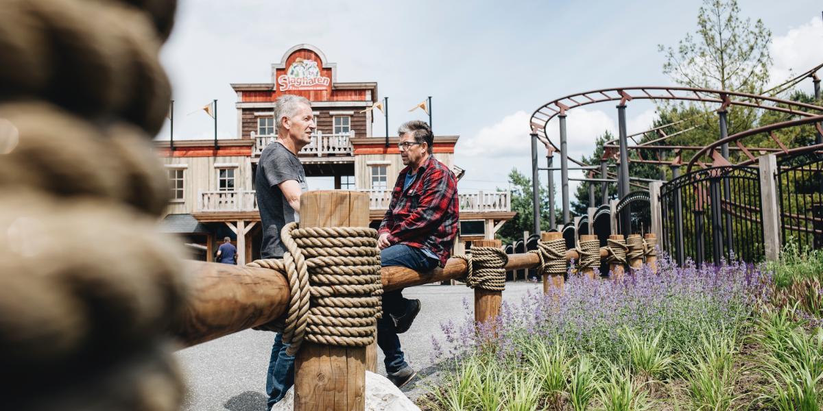 Alex van Veen en John Arkes in gesprek op Attractiepark Slagharen
