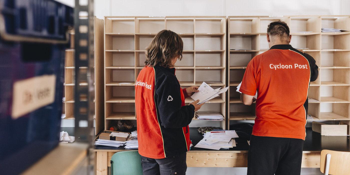 Medewerkers van Larcom aan het werk in het postsorteercentrum
