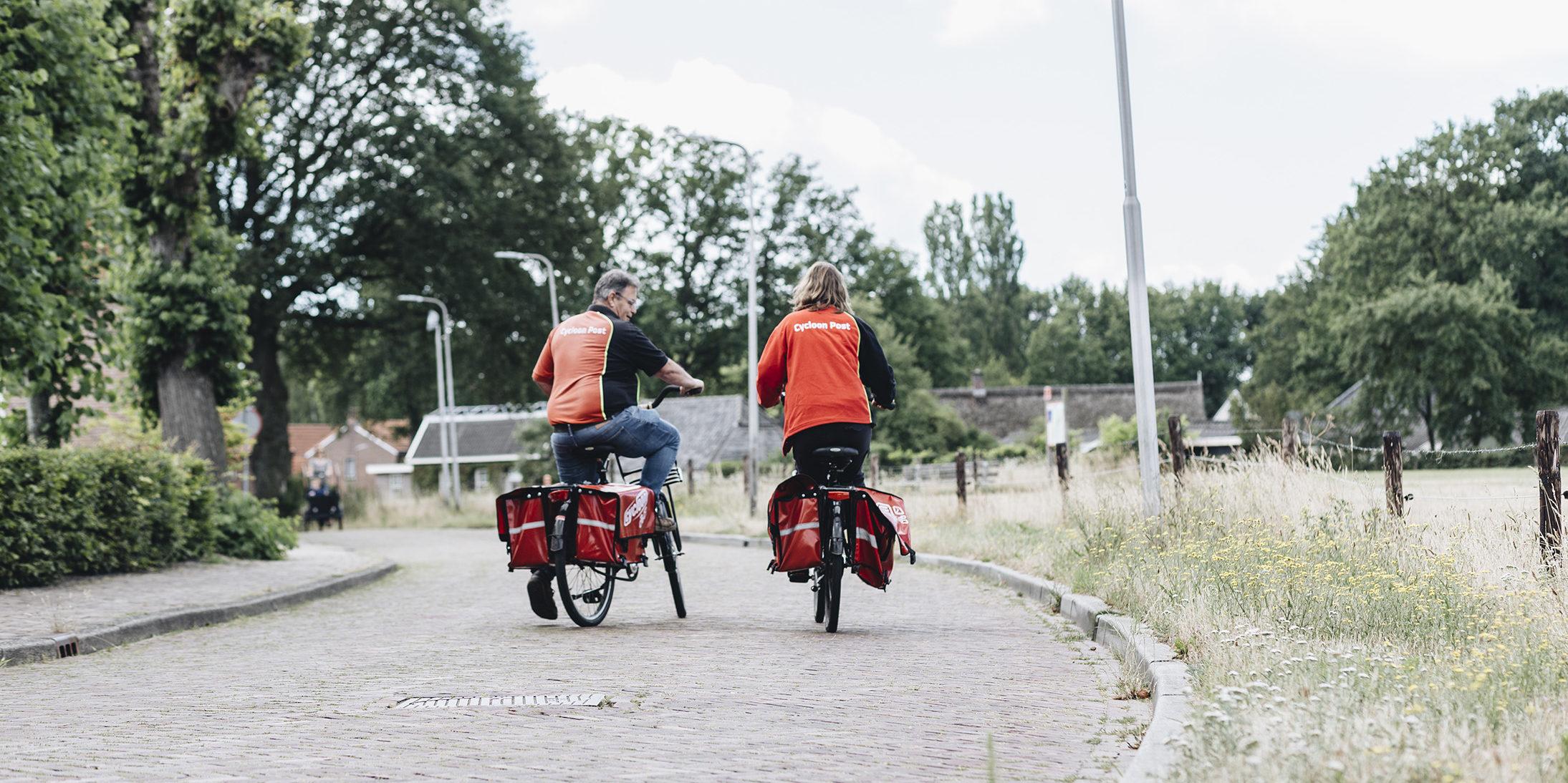 Hans op de fiets met een collega